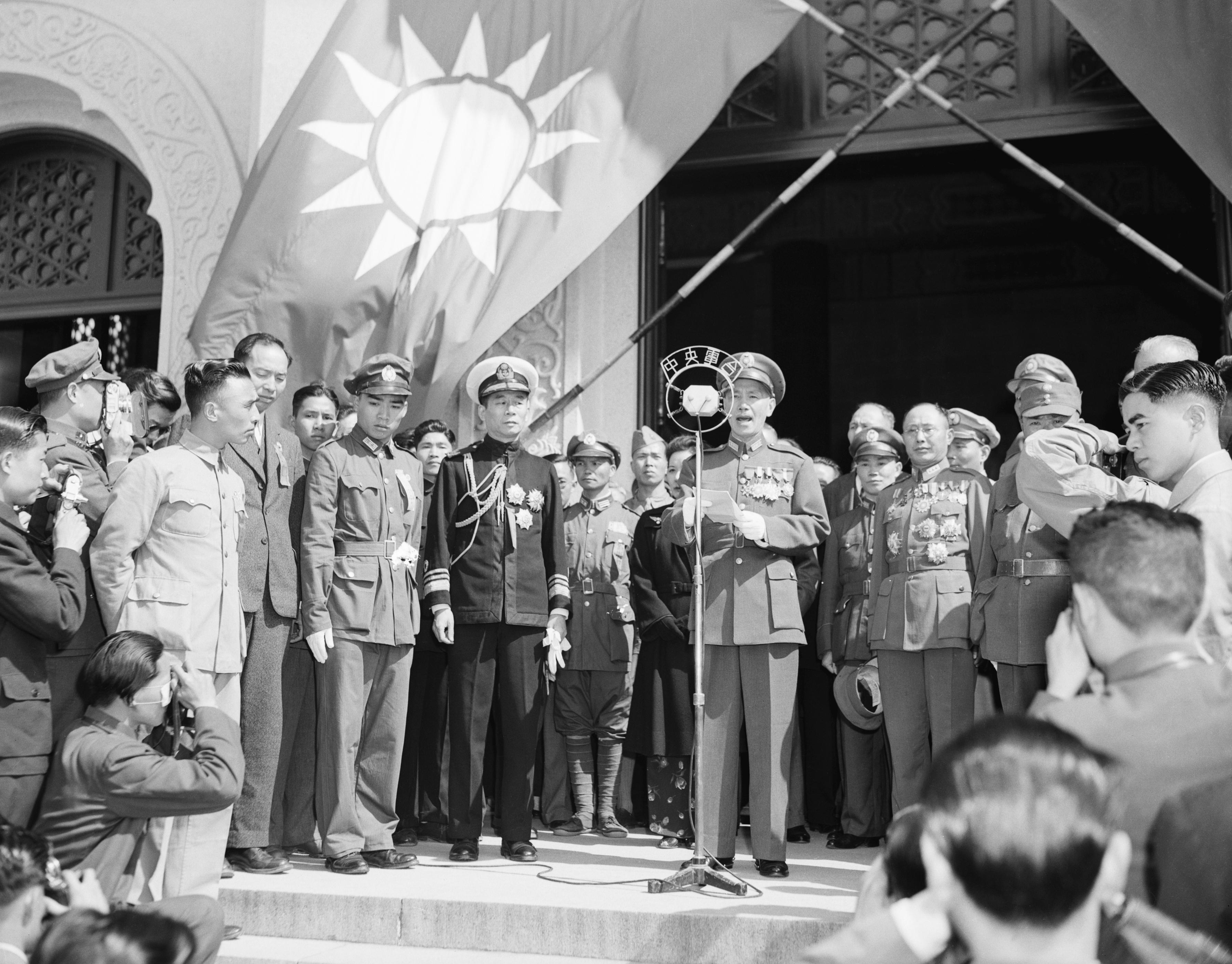 1946年中國南京,國民黨領導人蔣介石在孫中山墓前發表講話。