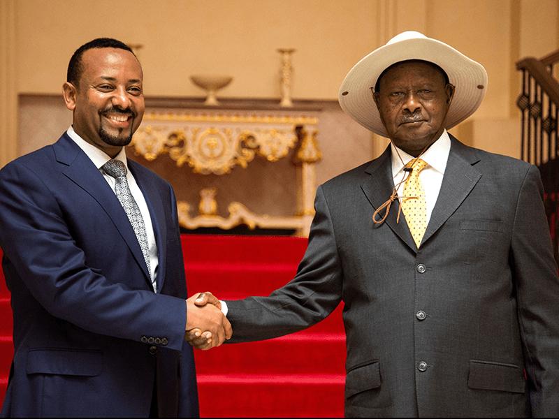 Ra'isulwasaare Abiy Axmed (Bidix) Madaxweyne Museveni (Midig)