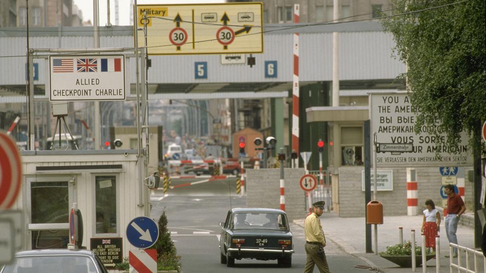 Один из главных пропускных пунктов между востоком и западом Берлина — чекпойнт ''Чарли''. Май 1986 года