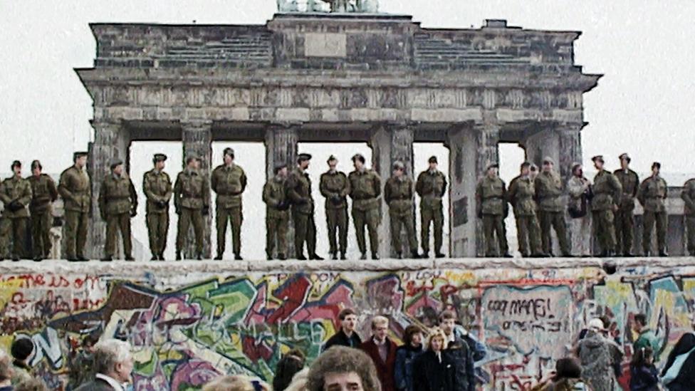 Берлинская стена у Бранденбургских ворот в ноябре 1989 года
