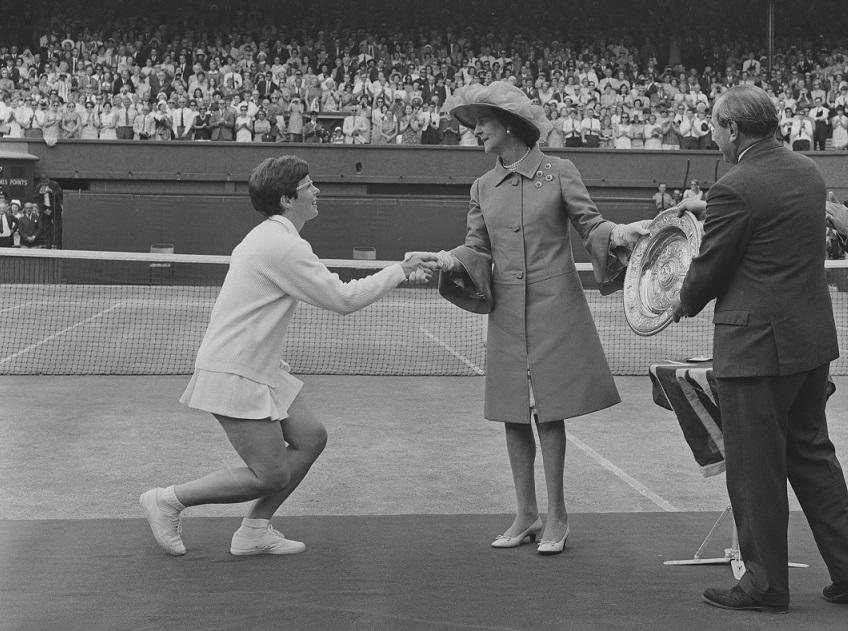 Billie Jean King disajikan dengan trofi 1968