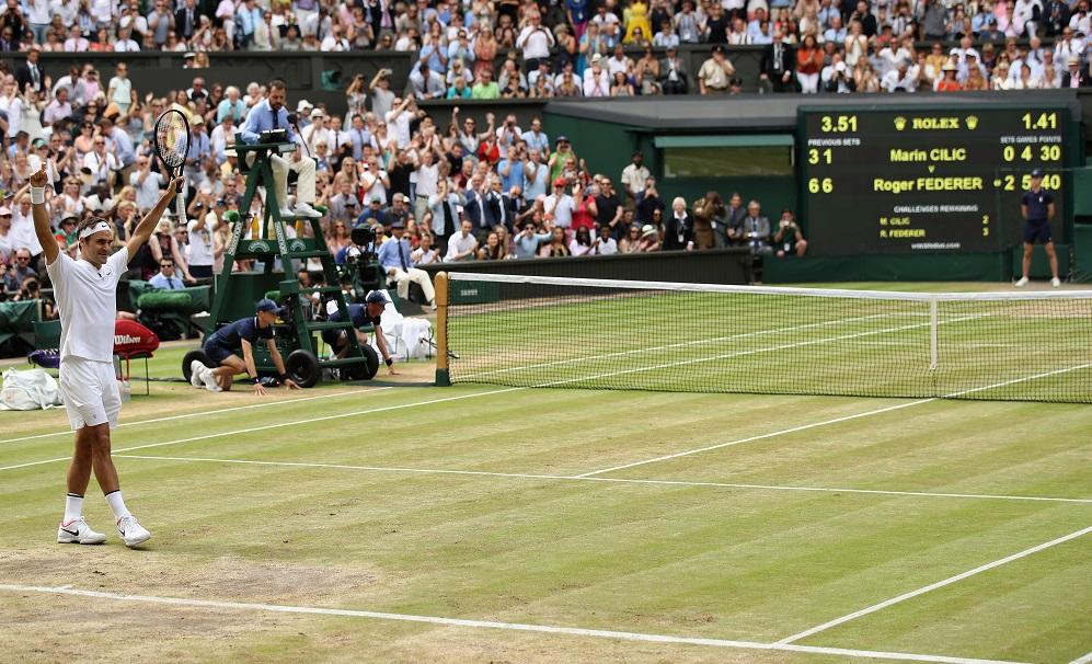 Roger Federer, berpakaian serba putih, memenangkan Wimbledon pada 2017