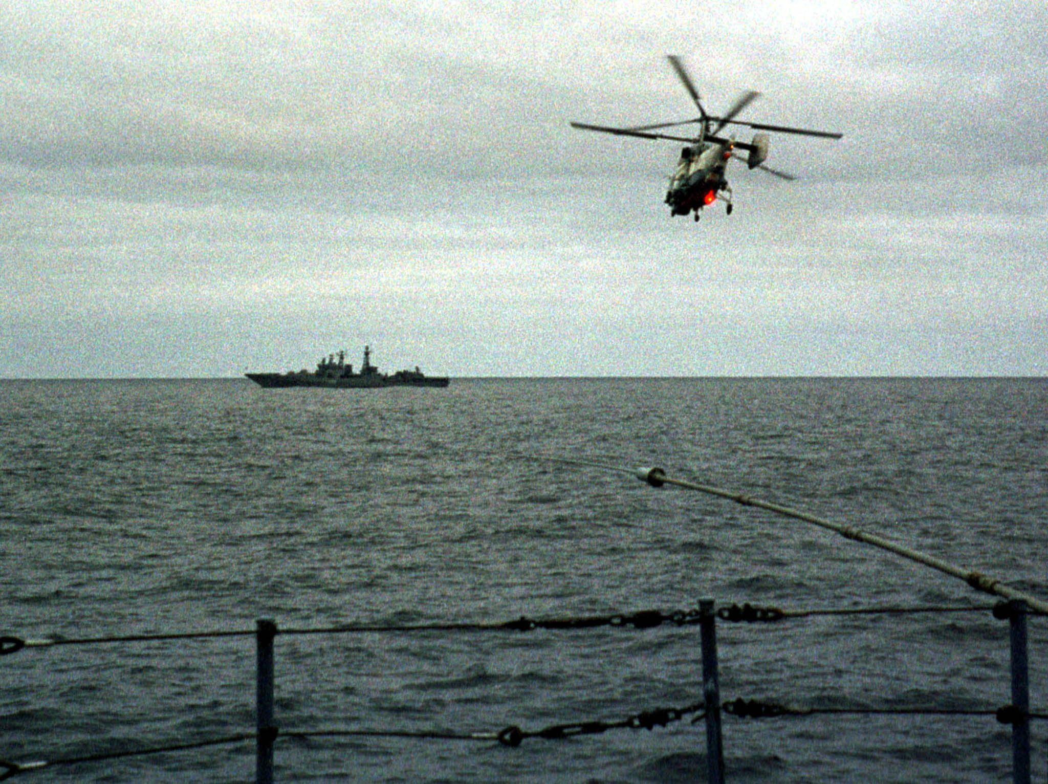 """Вертолет летит над местом катастрофы подводной лодки """"Курск"""""""