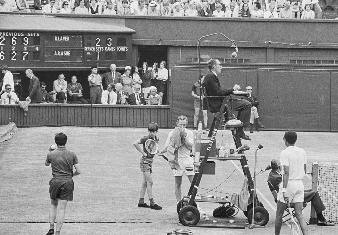 Rod Laver, berpakaian serba putih, memenangkan Wimbledon pada tahun 1968