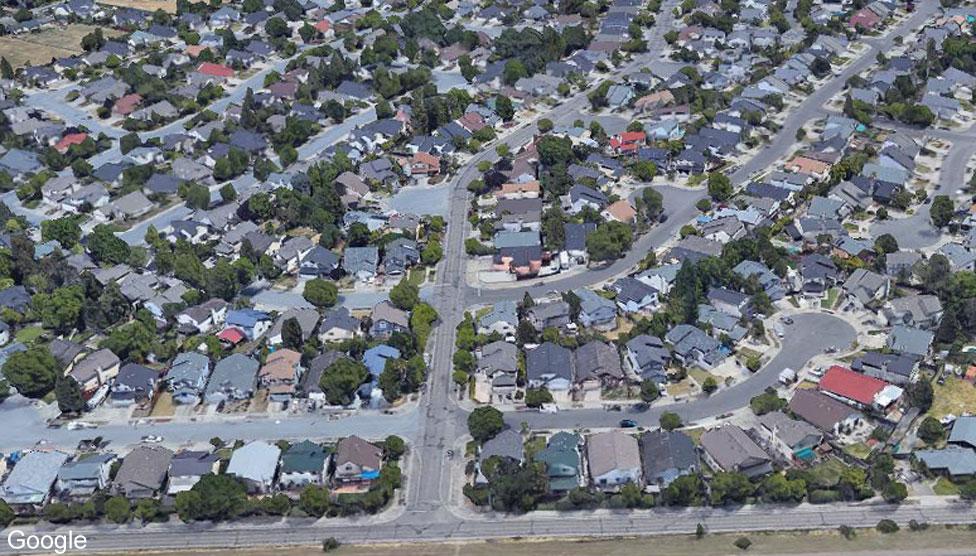 Район Коффли-лэйн в Санта-Розе до пожаров в 2017 году — спутниковый снимок Google