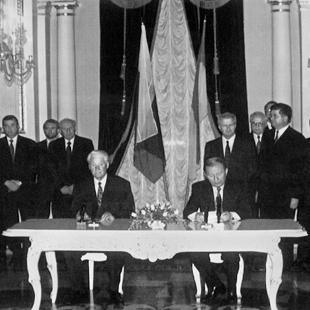 Президенти України та Росії Леонід Кучма і Борис Єльцин підписали Договір про дружбу, 1997