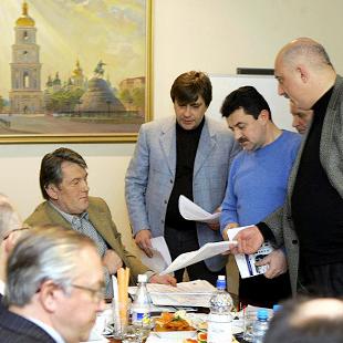 """Президент Віктор Ющенко, члени уряду та голова """"Нафтогазу"""" на екстренній нараді, 1 січня 2006"""