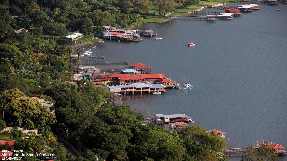 Imagen del Lago Coatepeque en su color natural.