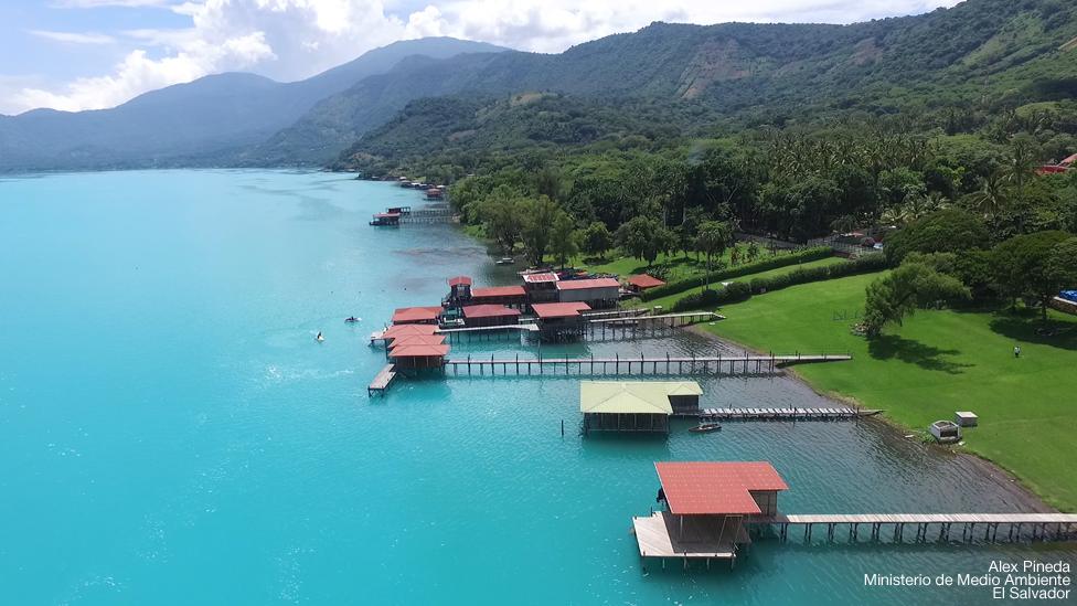 Imagen del Lago Coatepeque con color turquesa.