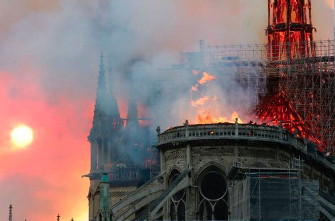 Imagen de Notre Dame tras la caída de la torre