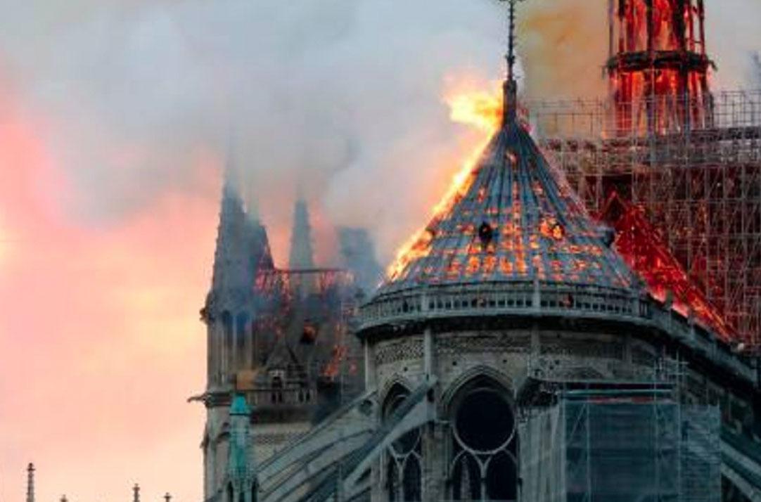 Imagen de Notre Dame con la torre envuelta en fuego