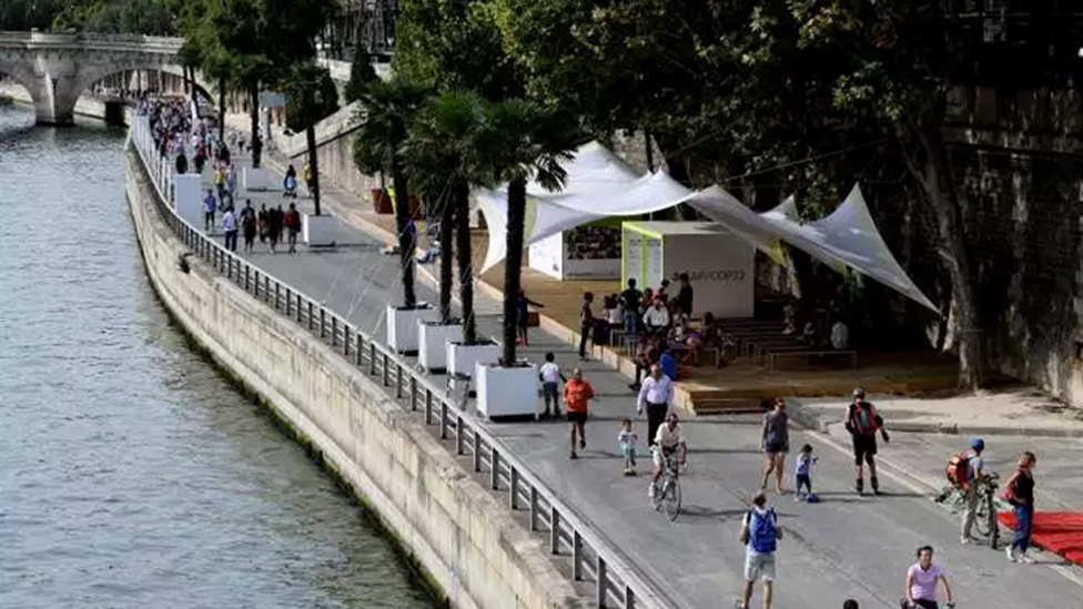 La autopista que bordea el río Sena sin autos.