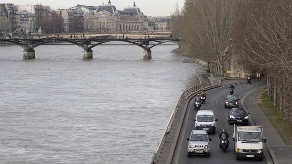 La autopista que bordea el río Sena con autos.