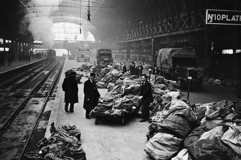 paddington old i66je - London rail stations' bygone Xmases