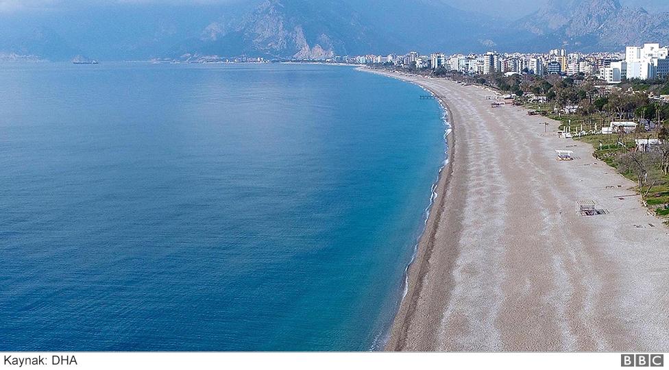 Antalya Konyaaltı plajında koronavirüs farkı
